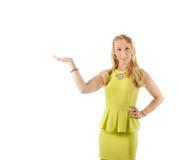 Belle femme dans la robe présentant le geste de main ouvert Copyspace d'isolement Photo stock