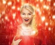 Belle femme dans la robe rouge avec le boîte-cadeau de valentine Photos libres de droits