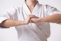 Belle femme dans la salutation de kimono sur le blanc Image libre de droits