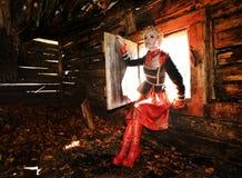 Belle femme dans la vieille maison en bois Photos libres de droits