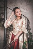 Belle femme dans la vieille robe médiévale historique Photo libre de droits