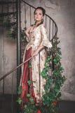 Belle femme dans la vieille robe médiévale historique Photos libres de droits