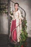Belle femme dans la vieille robe médiévale historique Photo stock