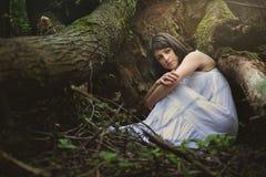 Belle femme dans le berceau de mère nature Images libres de droits