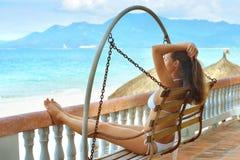 Belle femme dans le bikini sur la terrasse des rêves Photos libres de droits