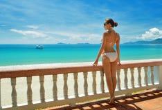 Belle femme dans le bikini sur la terrasse des rêves Photo libre de droits