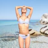 Belle femme dans le bikini sur le fond de mer Photographie stock libre de droits