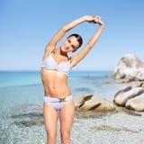 Belle femme dans le bikini sur le fond de mer Image stock