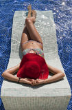 Belle femme dans le bikini taning dans le regroupement Image libre de droits