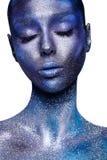 Belle femme dans le bodyart bleu-foncé et violet Photos libres de droits
