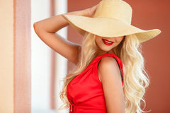 Belle femme dans le chapeau de paille avec le grand bord Photo libre de droits