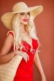 Belle femme dans le chapeau de paille avec le grand bord image stock