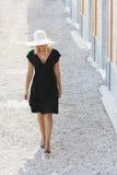 Belle femme dans le chapeau et la robe noire images libres de droits