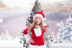 Belle femme dans le costume de Santa soufflant un baiser Photo stock