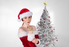 Belle femme dans le costume de Santa soufflant un baiser Images stock