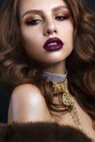 Belle femme dans le cout de fourrure avec le maquillage et la coiffure de soirée photo libre de droits