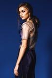 Belle femme dans le dessus argenté transparent et le pantalon bleu-foncé Photos stock