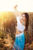 Belle femme dans le domaine au coucher du soleil Images libres de droits