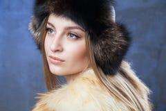 Belle femme dans le grands chapeau et gilet de fourrure Photos libres de droits