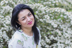 Belle femme dans le jardin fleuri Image stock