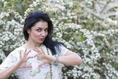 Belle femme dans le jardin fleuri Photo stock