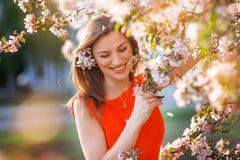 Belle femme dans le jardin fleurissant de ressort Photo stock
