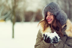 Belle femme dans le manteau d'hiver et le chapeau de fourrure Photos stock