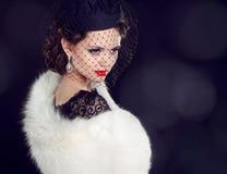 Belle femme dans le manteau de fourrure. Bijou et beauté. Photo de mode Image stock