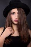 Belle femme dans le rétro style avec le chapeau noir de Mafia - image courante Image stock