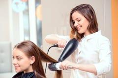 Belle femme dans le salon de coiffure image stock