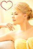 Belle femme dans le salon de station thermale Image libre de droits