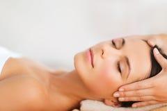 Belle femme dans le salon de station thermale ayant le massage facial Images stock