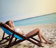 Belle femme dans le salon sur la plage. La Thaïlande Photos libres de droits