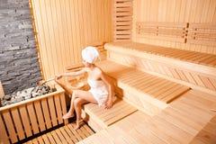 Belle femme dans le sauna Photographie stock libre de droits