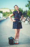 Belle femme dans le style d'années '50 avec des accolades tenant le rétro camer Image stock