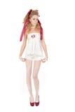 Belle femme dans le style de poupée avec l'arc rouge et les chaussures rouges Photo stock