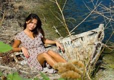 Belle femme dans le vieux bateau Photographie stock