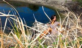 Belle femme dans le vieux bateau Photo stock