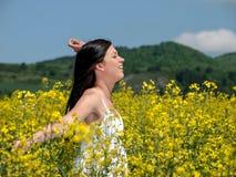 Belle femme dans le viol de floraison Photo stock