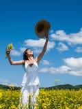 Belle femme dans le viol de floraison Photographie stock libre de droits