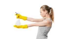 Belle femme dans les gants en caoutchouc jaunes au-dessus du blanc image stock
