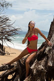 Belle femme dans les lunettes de soleil et le bikini rouge sur la plage Regard de mode Dame sexy Photos stock