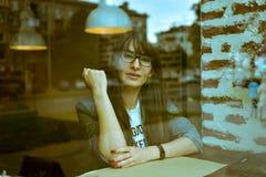 Belle femme dans un café Photos libres de droits