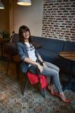 Belle femme dans un café Photo stock