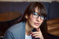 Belle femme dans un café Photographie stock libre de droits
