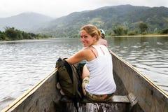 Belle femme dans un canoë Photos stock
