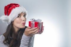 Belle femme dans un chapeau rouge de Santa Image libre de droits