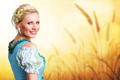 Belle femme dans un dirndl bavarois traditionnel Photographie stock libre de droits