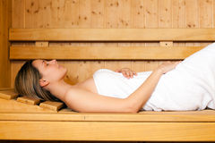 Belle femme dans un sauna Photo stock