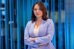 Belle femme dans un studio de télévision image stock